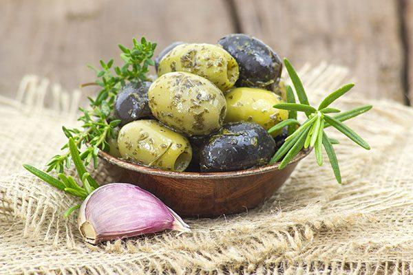 svar og grønn oliven til tapas