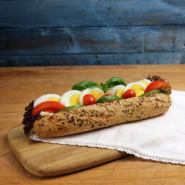 Baguette med egg og tomat