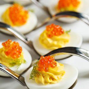 Fylte kokte egg med kaviar