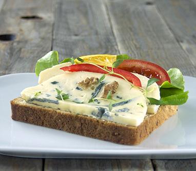 Smørbrød-med-blue-castello-ost