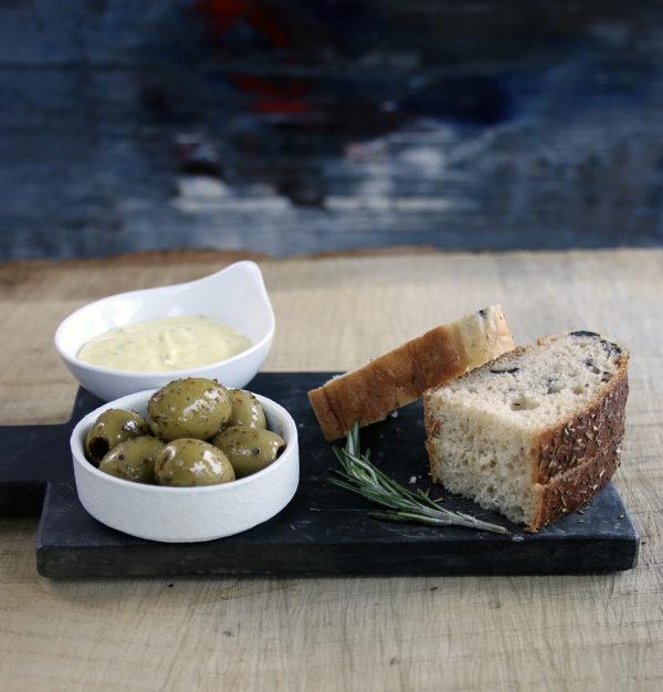 Focaccia med oliven og aioli